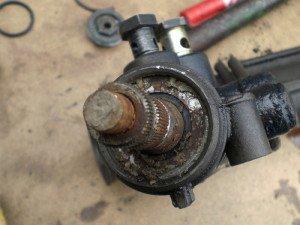 На фото - износ рулевой рейки, drive2.ru