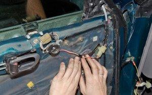 На фото - установка механизма обогрева зеркал, localauto.ru