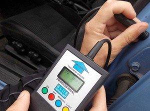 На фото - определение слоя краски на кузове толщинометром, abw.by