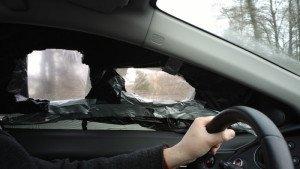 Фото разбитого бокового стекла автомобиля, yourwo.com