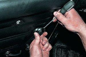 На фото - откручивание ручки привода стеклоподъемника, autoprospect.ru