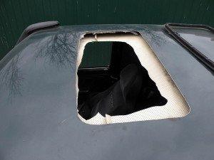 На фото - подготовка места для установки автомобильного люка, avtomotospec.ru