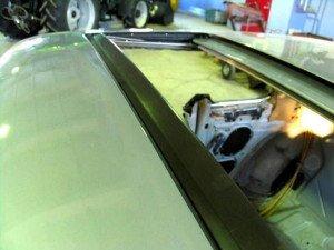 На фото - установка уплотняющей резинки автомобильного люка, oldmerin.net