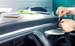 Фото обрезания излишков карбоновой пленки, auto-wiki.ru