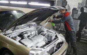 На фото - мойка двигателя авто на автомойке, avtomoyka.su