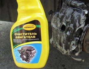 На фото - средство для мытья двигателя авто, akuchin.blogspot.com