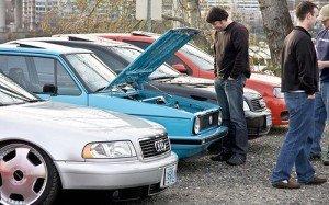 На фото - осмотр автомобиля перед покупкой, megaavtoportal.ru