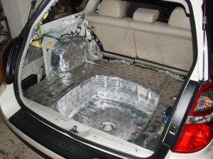 На фото - шумоизоляция багажника авто перед установкой сабвуфера, ingvar.kiev.ua