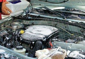 На фото - замерзание воды в шлангах стеклоомывателя автомобиля, autoportal.ua