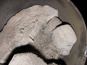 На фото - оплавленные соты катализатора, avtoglushak.com