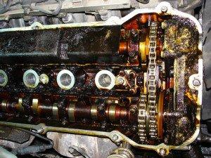 На фото - течь масла в двигателе автомобиля, diesel-service-himki.ru
