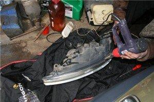 На фото - ремонт автомобильной фары феном-паяльником, sanekua.ru