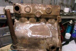 На фото - ремонт трещин в блоке и головке мотора эпоксидной пастой, autofeel.ru
