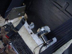 На фото - установка нового ремня безопасности, drive2.ru
