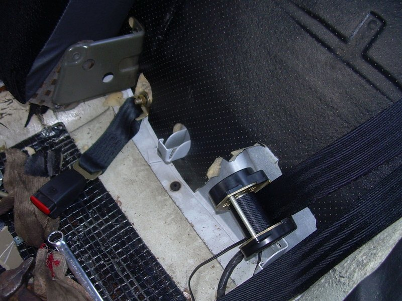 На фото - установка нового ремня безопасности