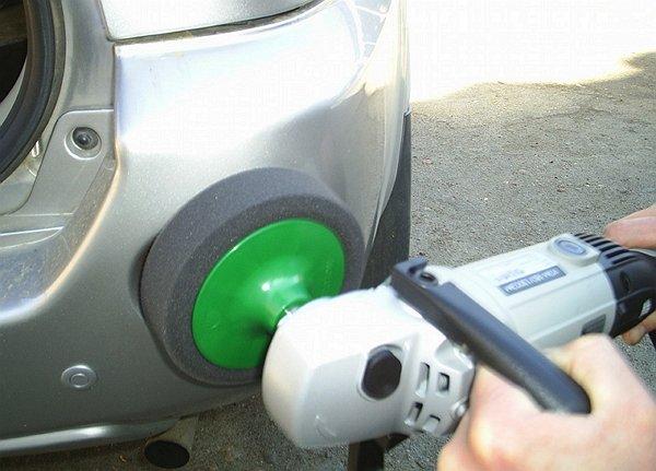 На фото - полировка бампера авто грубым диском