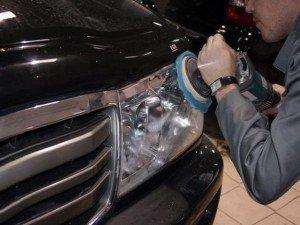 На фото - полировка мутной пластиковой фары, automasteria.com.ua