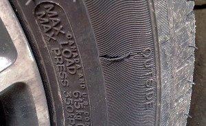На фото - боковой порез шины, autocomplex.dn.ua