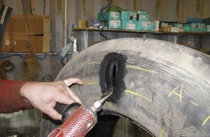На фото - ремонт боковых порезов бескамерных шин, mirtransporta.ru