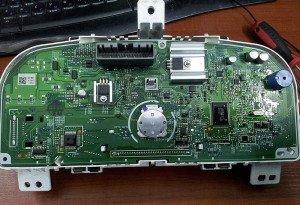 На фото - снятие панели с одометром, auto30.com
