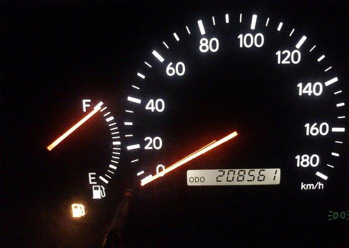 На фото - загоревшаяся лампочка расхода бензина