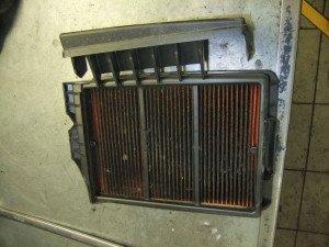 На фото - грязный воздушный фильтр автомобильного кондиционера, foto.drom.ru
