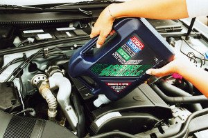 Фото залива масла в двигатель авто, avtoindent.ru