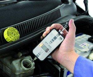 На фото - контроль уровня тормозной жидкости, autom.com.ua