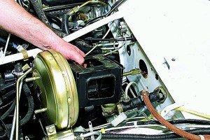 На фото - диагностика вакуумного усилителя тормозов, autoprospect.ru