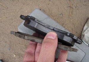 На фото - проверка изношенности тормозных колодок, pavlodarauto.ru