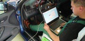 На фото - процесс компьютерной диагностики авто, zp-news.com