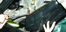 На фото - производится ремонт картера, 38a.ru