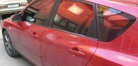 На фото - автомобиль затонированный красной зеркальной пленкой, alarmnn.ru