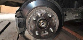 На фото - нуждающийся в ремонте тормозной суппорт, procivic.ru