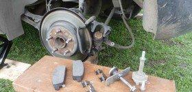 На фото - замена тормозных колодок, drive2.ru