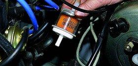 На фото - устанавливается топливный фильтр дизельного автомобиля, stosachs.ru