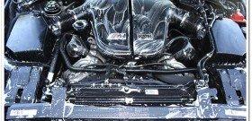 На фото - мойка двигателя авто, detailedimage.com