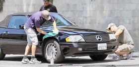 На фото - удаление крупных царапин полиролью для авто, articles.dailypilot.com