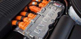 На фото - автомобильный гибридный двигатель, motortrend.com