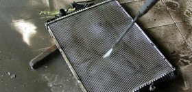 На фото - производится чистка радиатора двигателя, agrand.ru
