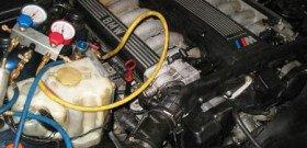 На фото - заправка кондиционера автомобиля, kif-auto.ru
