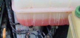 На фото - испорченный расширительный бачок с антифризом, audipages.com