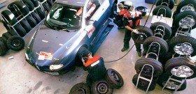 На фото - замена шин, gwauto.by
