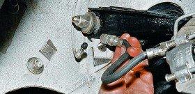 На фото - ремонт тормозных трубок, myaudi80.com