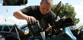 На фото - заливают масло для турбированных дизельных двигателей, moto.swissblog.ru