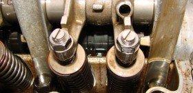 На фото - начало регулировки клапанов двигателя внутреннего сгорания, fb.ru