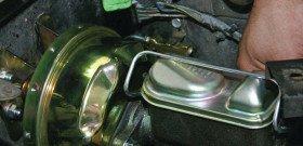 На фото - замена главного тормозного цилиндра, mustangmonthly.com