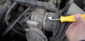 На фото - как почистить дроссельную заслонку, kohanov.com