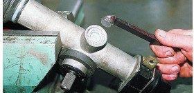 На фото показано, как подтянуть рулевую рейку, autotuningnews.ru