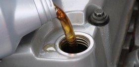 На фото - рекомендуемое моторное масло, maslo.od.ua